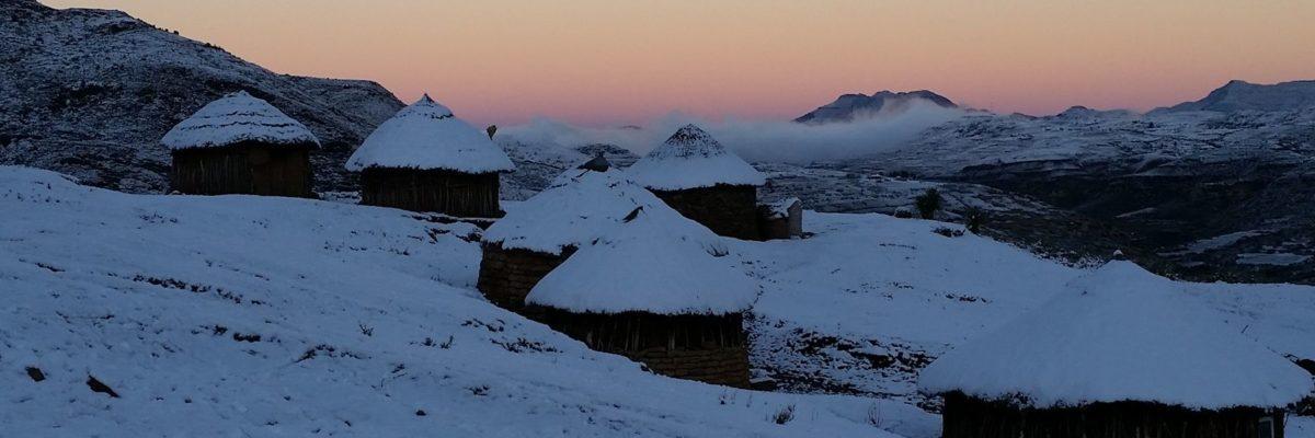 Trek au Lesotho : petit jour sur village de montagne enneigé