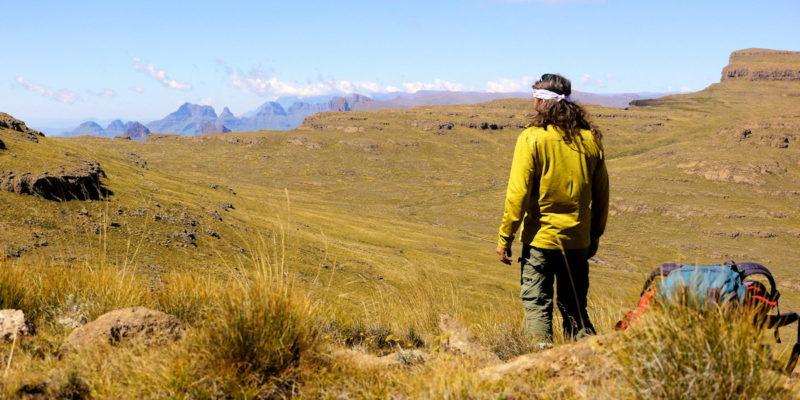 Cathedral Peak au loin en chemin sur Stimela ridge - Drakensberg